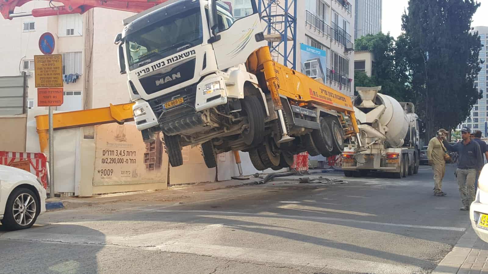 המשאית ברחוב שפירא, צילום: רוני גוילי